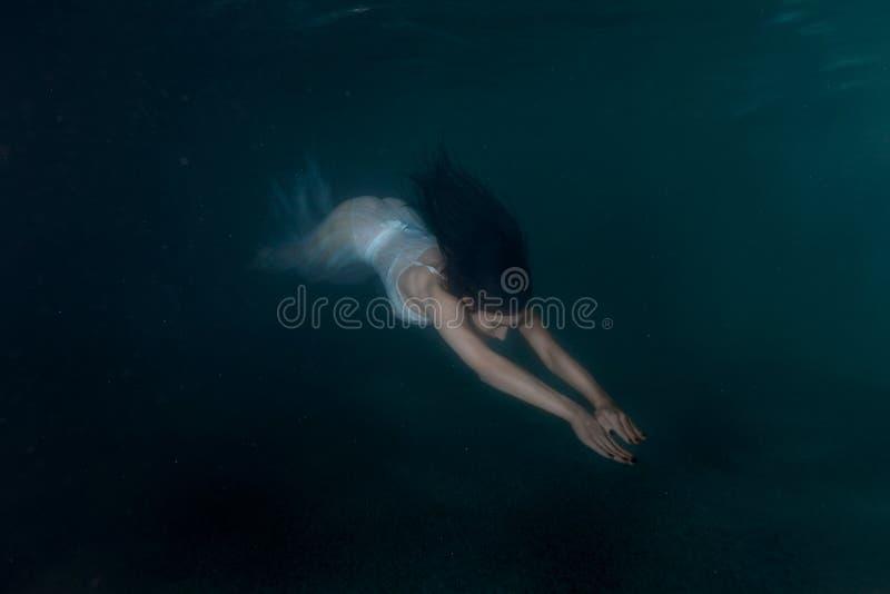 Sirena della donna sotto acqua fotografie stock libere da diritti
