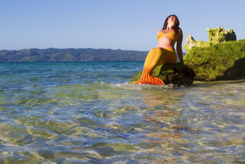 Sirena en fondo del mar imagen de archivo