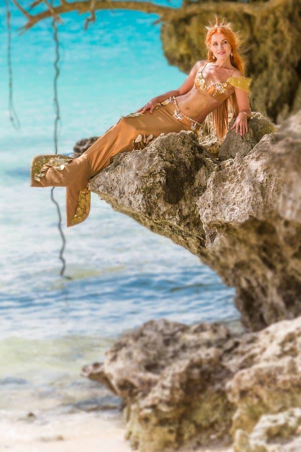 Sirena en la roca fotografía de archivo