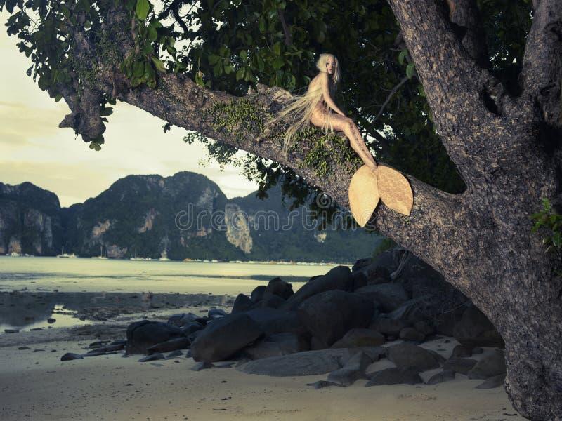 Sirena hermosa que se sienta en árbol poderoso fotografía de archivo