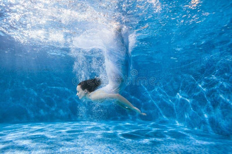 Sirena in un vestito bianco fotografie stock libere da diritti