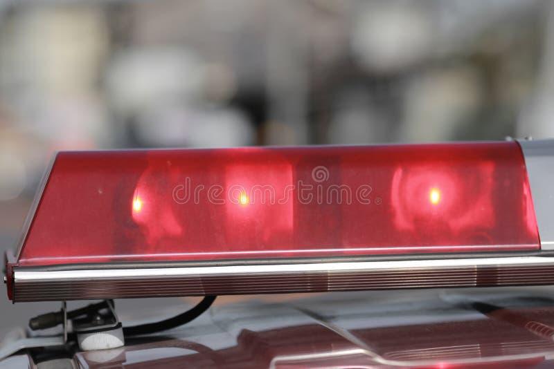 Sirenas que destellan rojas del coche policía durante la conducción fotos de archivo