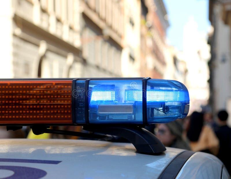 sirene van een politiepatrouillewagen tijdens een toezicht stock afbeeldingen