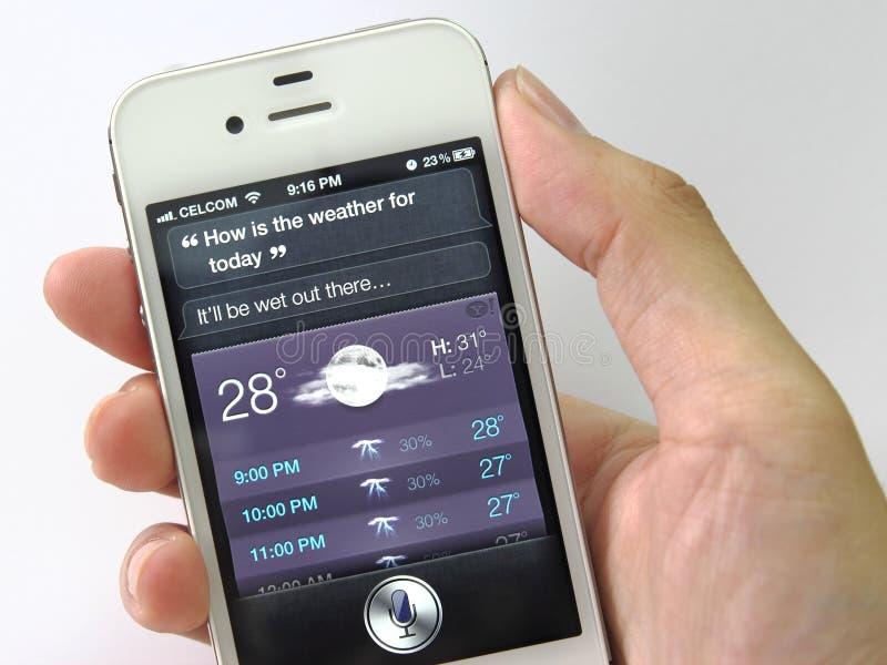 Siri no iPhone 4S (previsão de tempo) imagens de stock royalty free