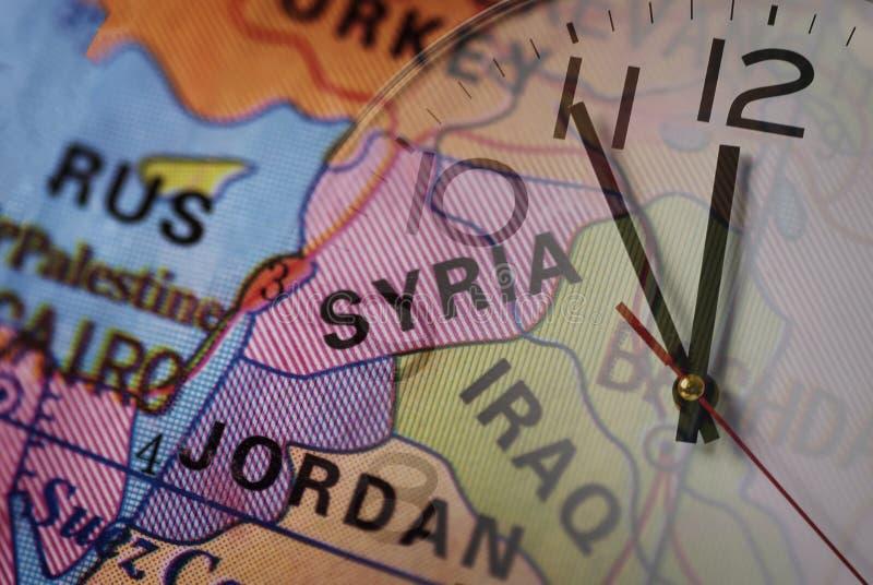 Siria y vecinos en mapa del mundo y el reloj fotografía de archivo