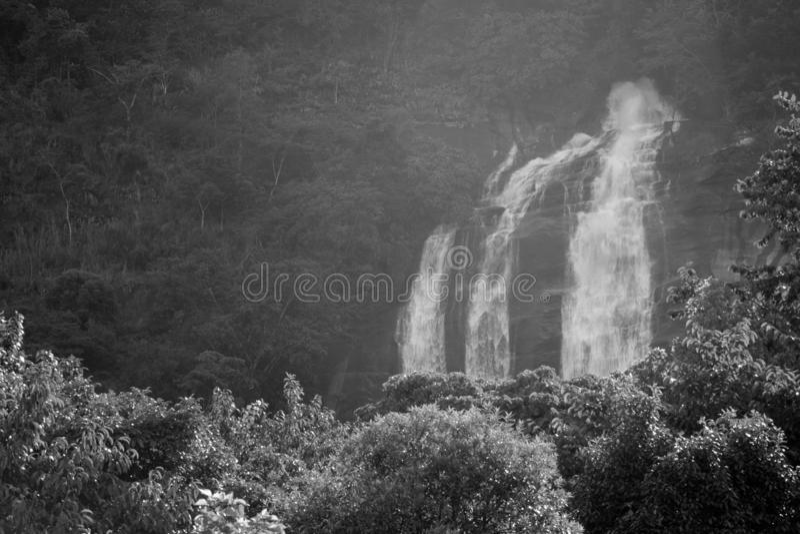 Siribhume wody spadku przepływ przez lasu w porze deszczowej Tajlandia obraz royalty free
