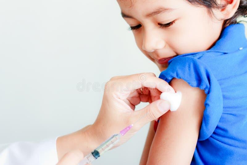 Siringa del vaccino e del ragazzo fotografia stock