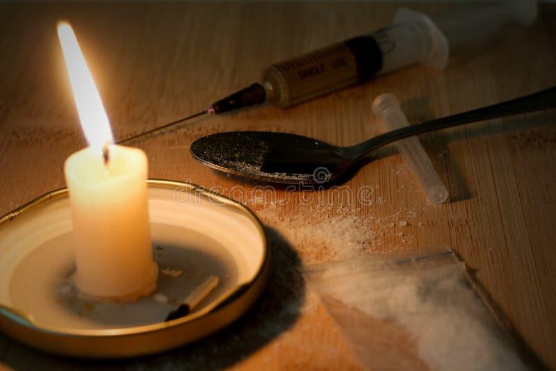 Siringa della droga ed eroina cucinata sul cucchiaio Cocaina nella borsa, feccie fotografia stock libera da diritti