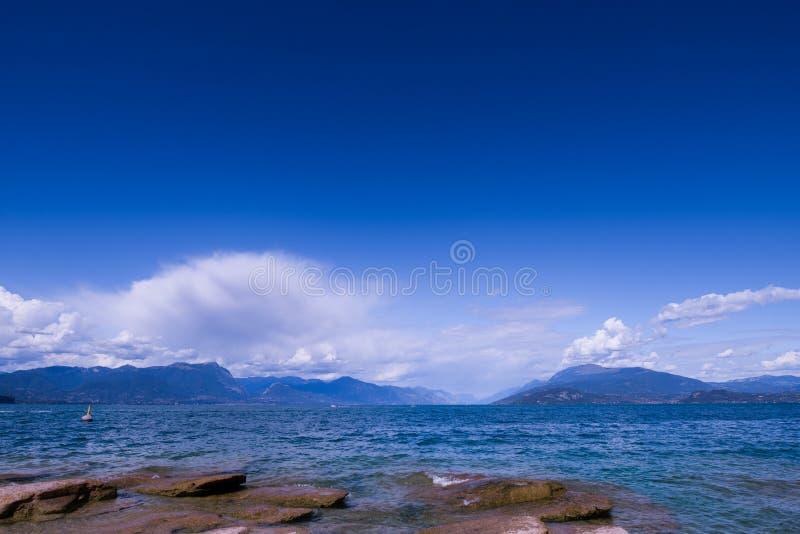 sirmione海滩在一个晴天 免版税库存照片