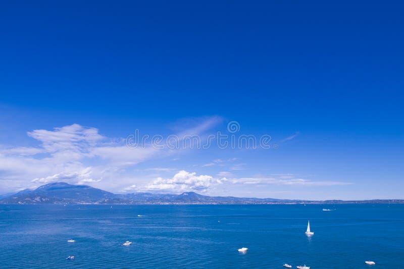 sirmione海滩在一个晴天 免版税库存图片