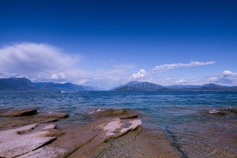 sirmione海滩在一个晴天 库存照片