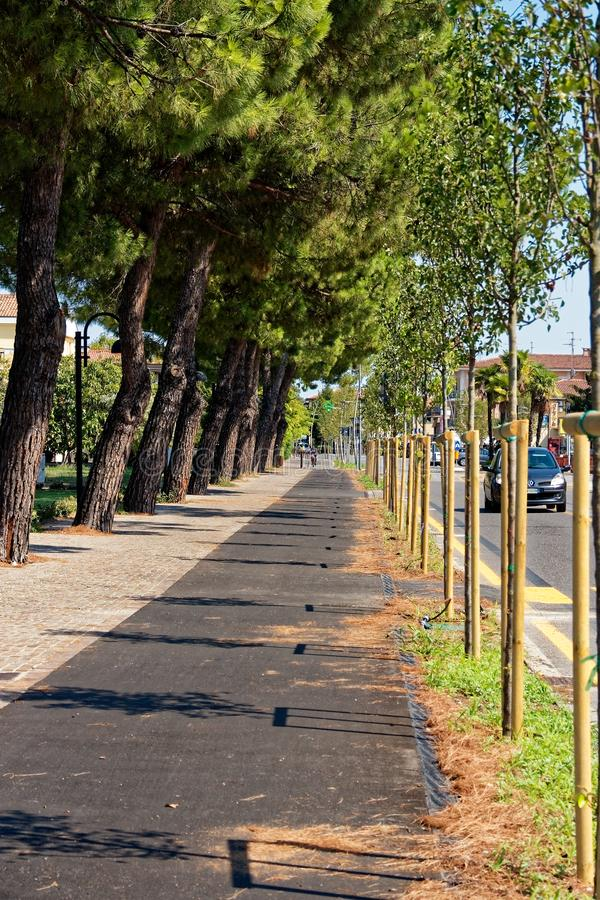 Sirmione, Ιταλία στις 17 Αυγούστου 2018: Λίμνη Garda Πορεία πεζών και κύκλων στοκ φωτογραφία με δικαίωμα ελεύθερης χρήσης