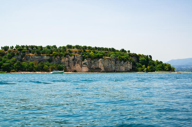 Sirmione, λίμνη Garda Ιταλία άποψη σχετικά με τις καταστροφές Grotto Catullus, ρωμαϊκό ιδιωτικό οικοδόμημα στοκ εικόνες με δικαίωμα ελεύθερης χρήσης