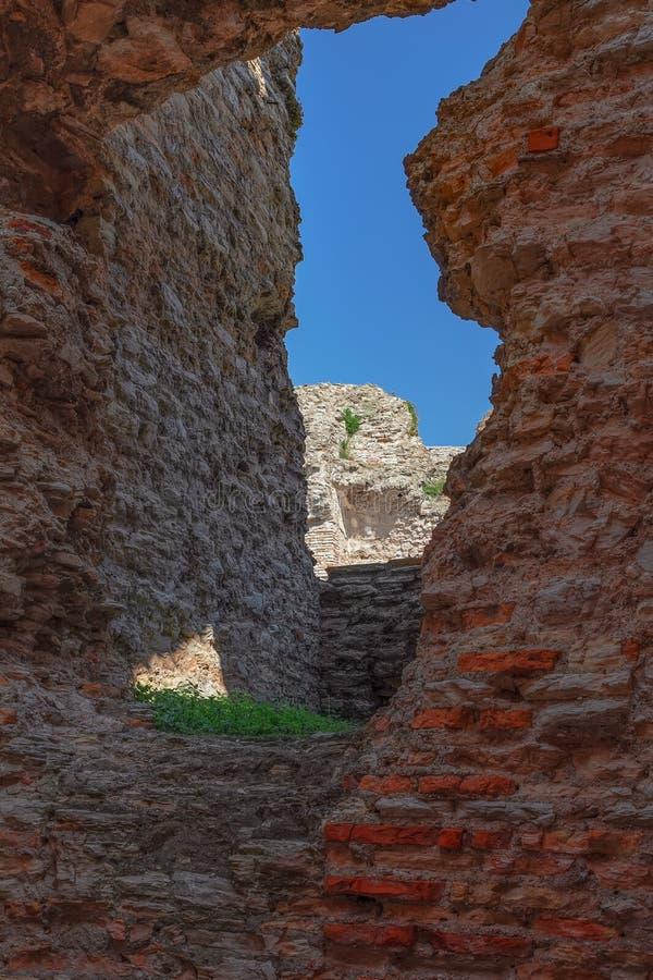 Sirmione, Италия - 25-ое марта 2019: Загубленные стены старой римской виллы Catullo Пещеры Grotte di Catullo в городке Sirmione,  стоковые фотографии rf