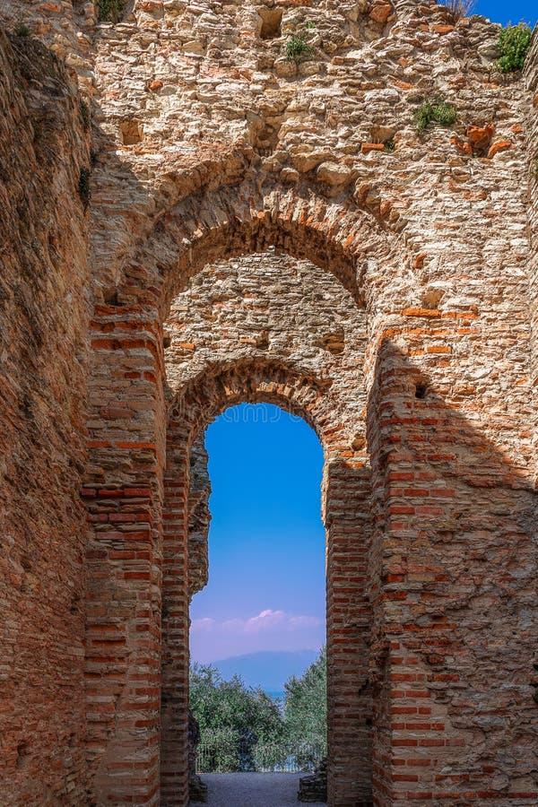 Sirmione, Италия - 25-ое марта 2019: Своды старой римской виллы Catullo Пещеры Grotte di Catullo в городке Sirmione, озере Garda стоковые фотографии rf