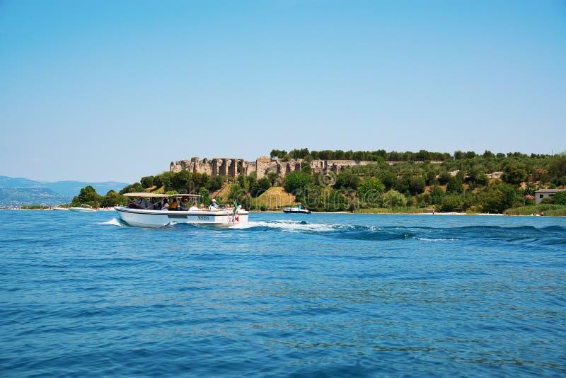 Sirmione, озеро Garda Италия взгляд на руинах грота Catullus стоковые фото