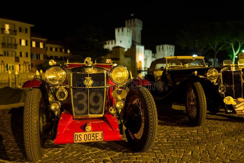 Sirmione - 30 de septiembre: Los aparcamientos del vintage de Morris Garages delante de Sirmione se escudan para el evento conmem foto de archivo