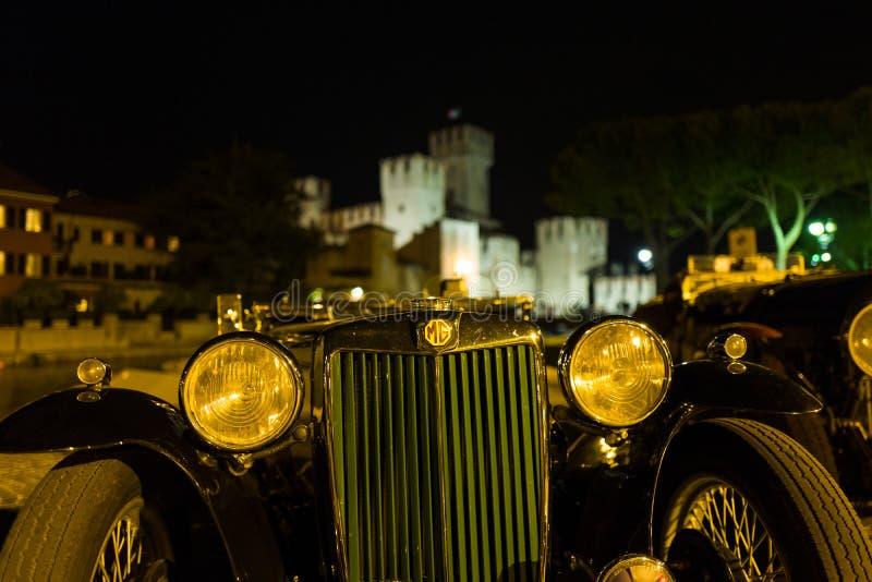 Sirmione - 30 de septiembre: Los aparcamientos del vintage de Morris Garages delante de Sirmione se escudan para el evento conmem imagen de archivo