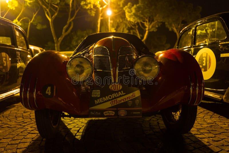 Sirmione - 30 de septiembre: Los aparcamientos del vintage de Morris Garages delante de Sirmione se escudan para el evento conmem imagenes de archivo