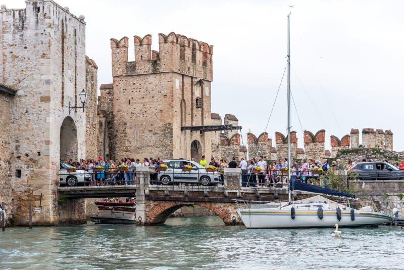 Sirmione, Itália - 29 de abril de 2018: Castelo medieval Scaliger em Sirmione no lago Garda Italy imagens de stock royalty free