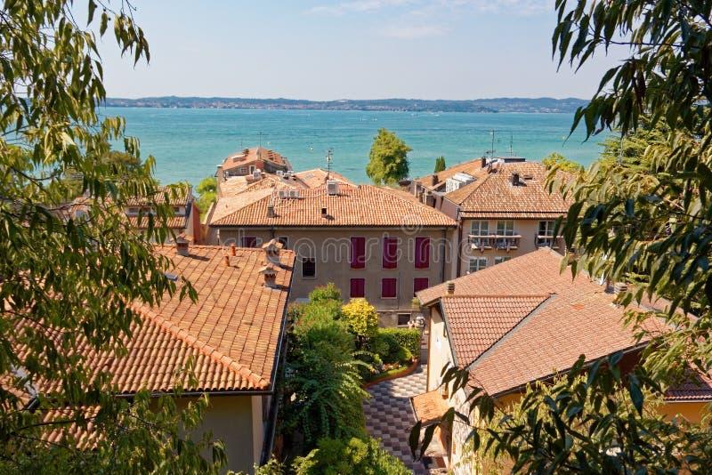 Sirmione, Itália 17 de agosto de 2018: Lago Garda casas privadas na cidade velha fotos de stock royalty free