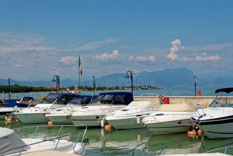Sirmione, Italië 17 Augustus 2018: Meer Garda parkeren voor jachten en boten royalty-vrije stock foto