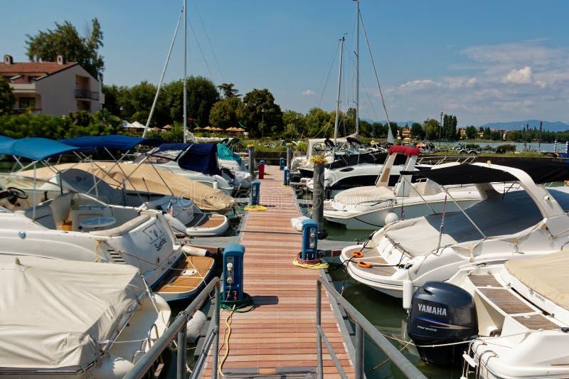 Sirmione, Italië 17 Augustus 2018: Meer Garda parkeren voor jachten en boten royalty-vrije stock afbeeldingen
