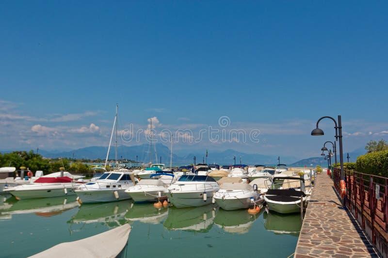 Sirmione, Italië 17 Augustus 2018: Meer Garda parkeren voor jachten en boten stock afbeeldingen