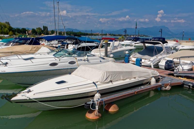 Sirmione, Italië 17 Augustus 2018: Meer Garda parkeren voor jachten en boten royalty-vrije stock foto's