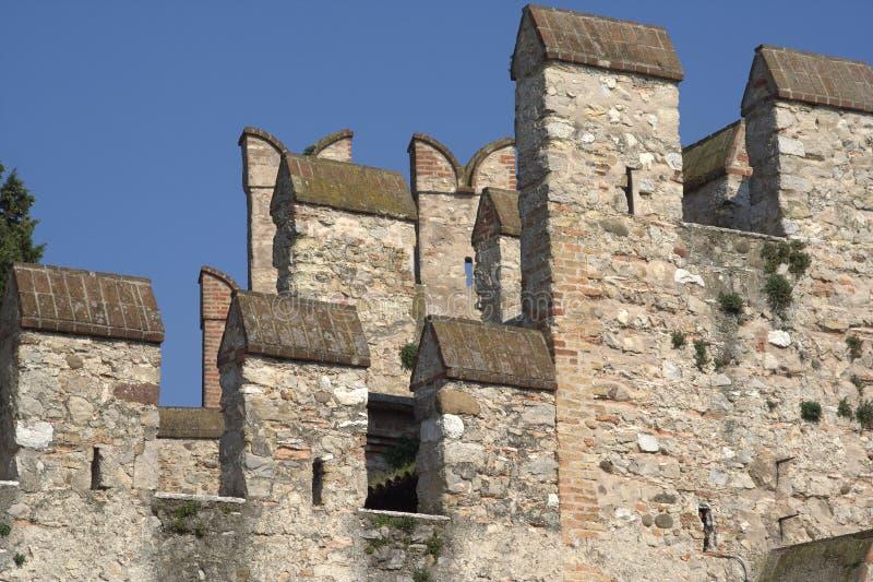 Sirmione (Italy) - battlements do castelo fotografia de stock royalty free