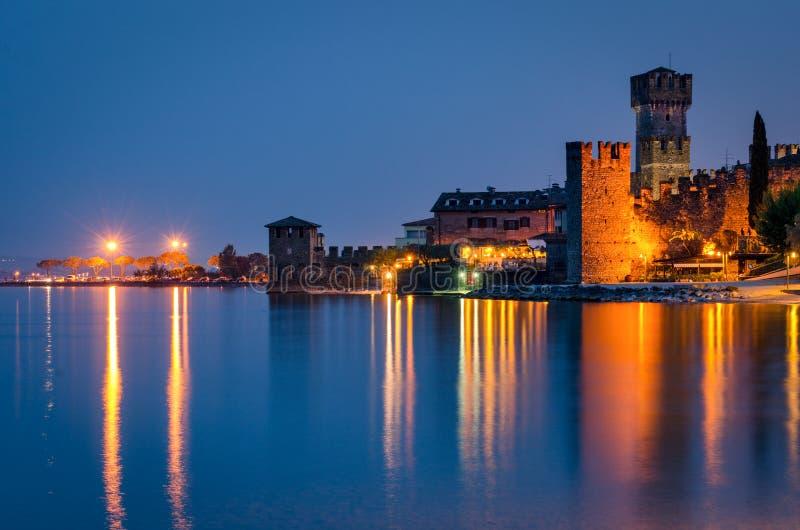Sirmione (Lago di Garda) no crepúsculo fotografia de stock royalty free