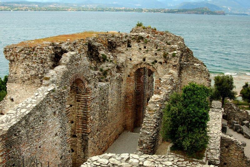 Sirmione, Włochy: Groty Catallus willi Romańskie ruiny zdjęcia royalty free