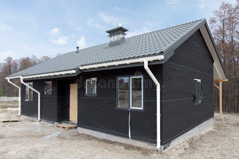 sirotez la maison de panneau avec le nouveau toit de tuile gris en m tal la goutti re blanche. Black Bedroom Furniture Sets. Home Design Ideas