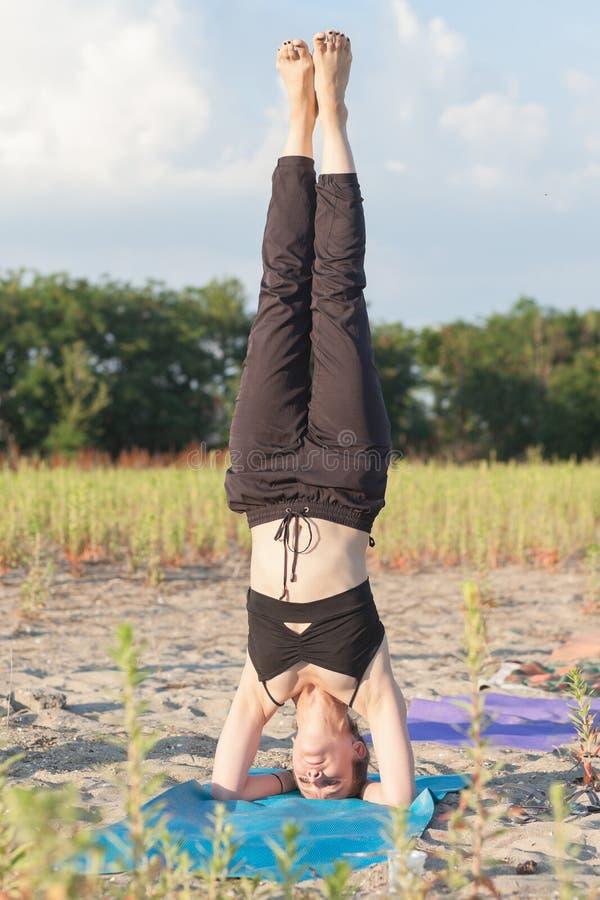 sirsasana d'esecuzione matrice di salamba di yoga fotografie stock