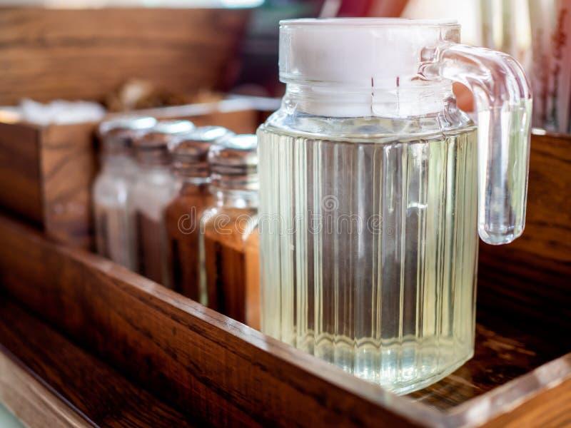 Sirup im Glaskrug auf hölzernem Regal lizenzfreies stockfoto
