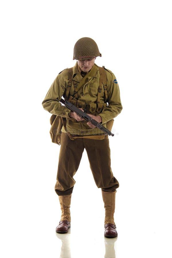 Sirva al actor en uniforme militar del guardabosques americano del período de la Segunda Guerra Mundial imágenes de archivo libres de regalías