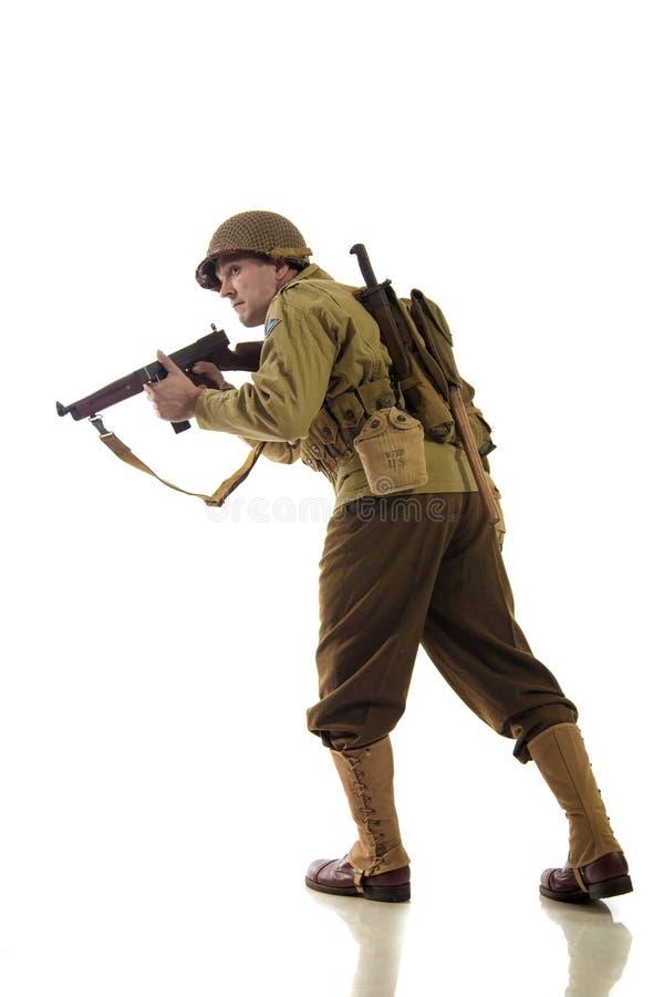 Sirva al actor en uniforme militar del guardabosques americano del período de la Segunda Guerra Mundial foto de archivo libre de regalías
