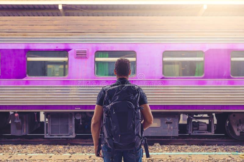 Sirva al backpacker que espera su tren en el ferrocarril en Bangkok, Tailandia, Asia sudoriental foto de archivo