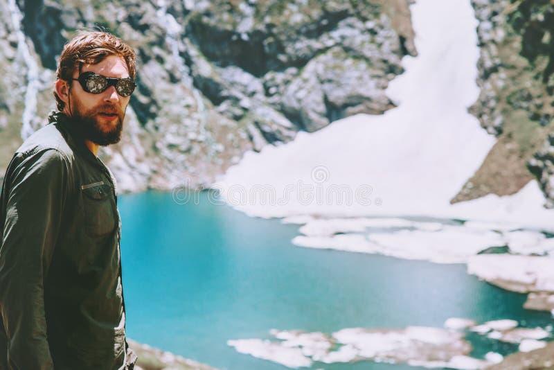 Sirva al caminante que viaja en el lago azul en montañas imagen de archivo