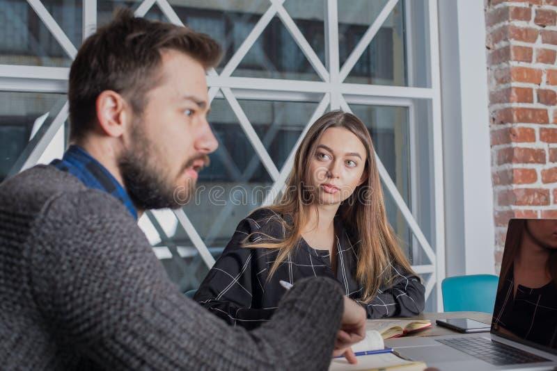 Sirva al director ejecutivo que tiene conferencia con el personal, sentándose en oficina fotografía de archivo libre de regalías