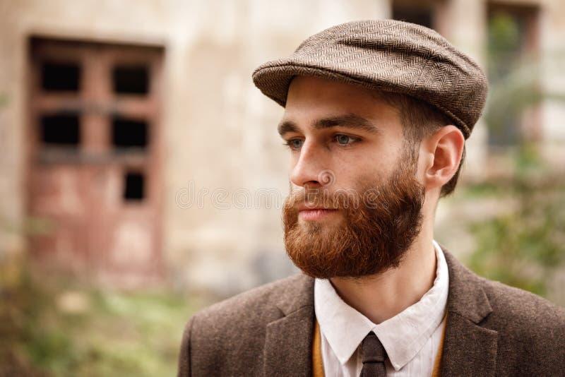 Sirva al gángster en un casquillo y un primer de la barba foto de archivo libre de regalías