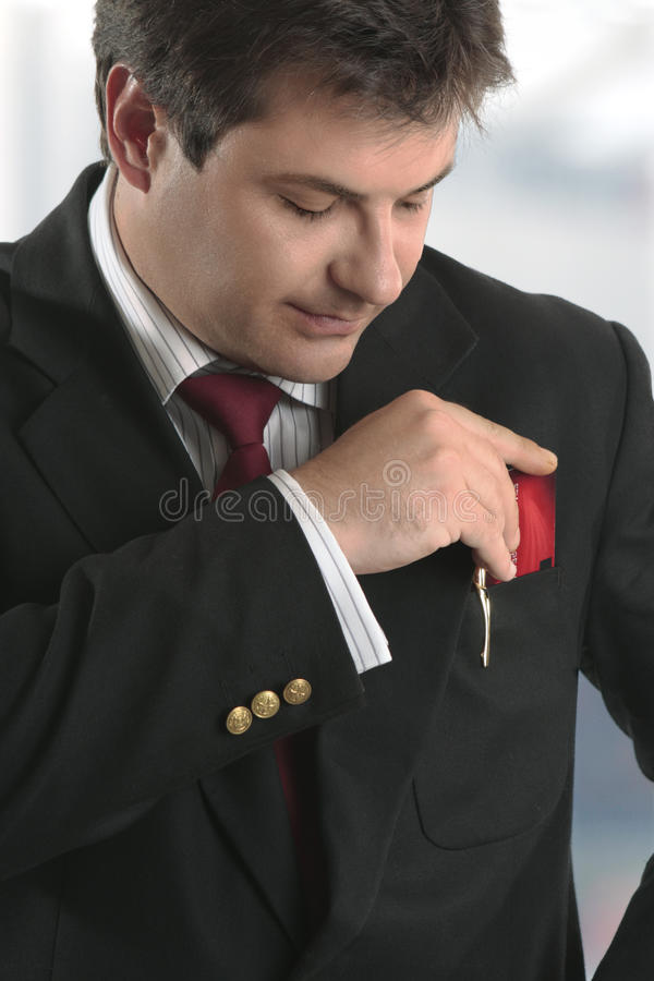 Sirva al hombre de negocios que sostiene la tarjeta de crédito o la otra tarjeta plástica imágenes de archivo libres de regalías