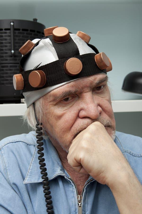Sirva al inventor loco que lleva una investigación del cerebro del casco fotografía de archivo libre de regalías
