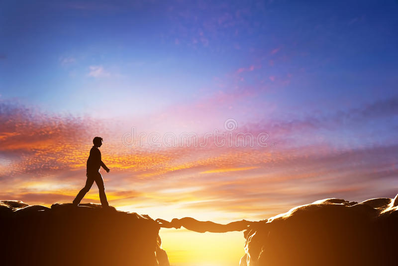 Sirva alrededor al precipicio de los croos entre las montañas sobre otro hombre libre illustration