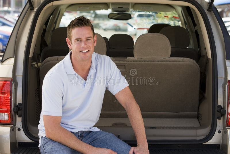 Sirva asistir detrás de la sonrisa de la furgoneta fotos de archivo libres de regalías