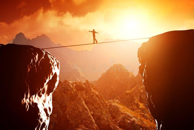 Sirva caminar y el equilibrio en cuerda sobre precipicio stock de ilustración