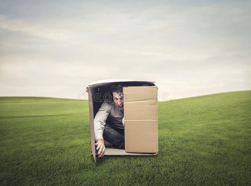 Hombre en una caja fotografía de archivo libre de regalías