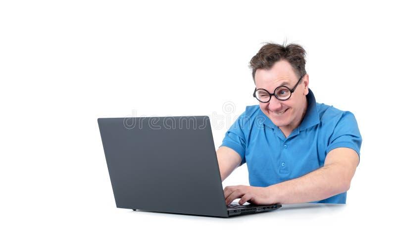 Sirva con el funcionamiento de vidrios en un ordenador portátil en la tabla, aislada en el fondo blanco imágenes de archivo libres de regalías