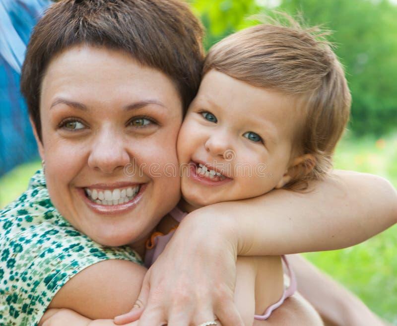 Sirva de madre a abrazar al bebé fotografía de archivo libre de regalías