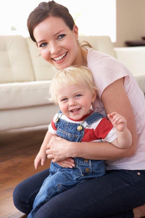 Sirva de madre al hijo de abrazo en el país imagen de archivo